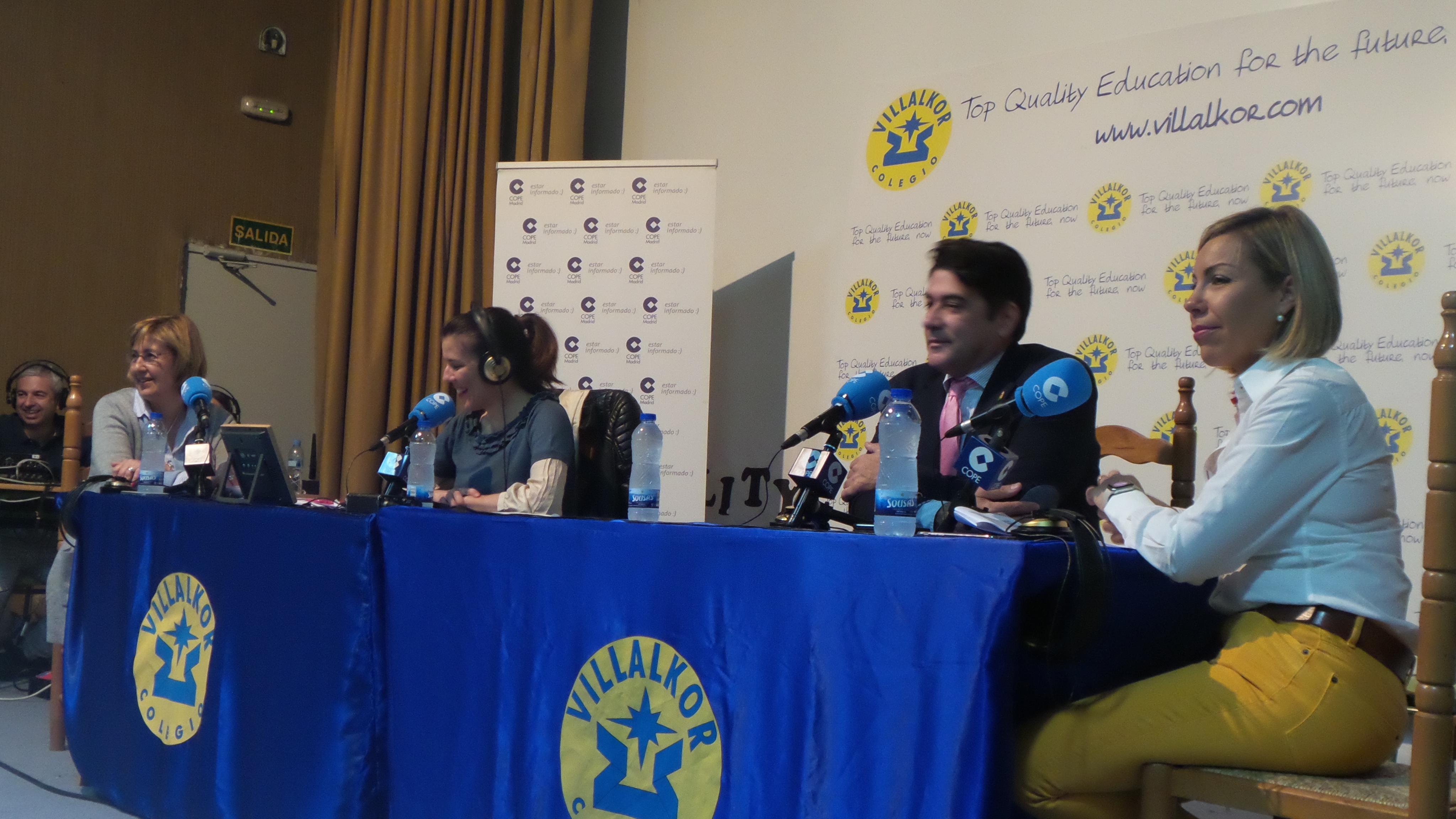 De izquierda a derecha, Rosa María García, Beatriz Pérez Otín, presentadora del programa; el alcalde de Alcorcón, David Pérez, y la directora de la Escuela Infantil, Rosa Díaz.